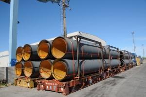 I tubi della condotta pronti per l'imbarco al Terminal Container del Porto di Ravenna