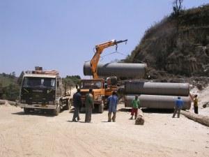 Scarico e stoccaggio dei tubi in cantiere