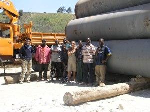 Marco, Annamaria e alcuni dei ragazzi e degli uomini che lavorano nel cantiere di Manguta